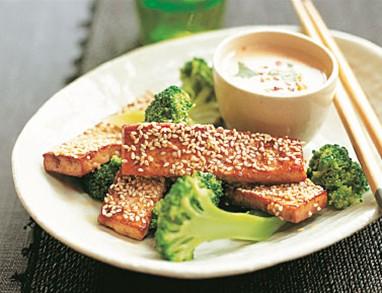 Tofu s sezamom in brokolijem