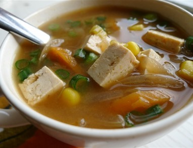 Zelenjavna jin-jang miso juha