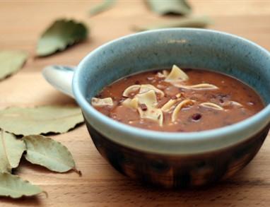 Slastna fižolova juha z vinom in česnom