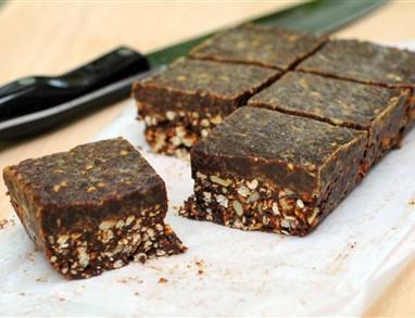 Hrustljavi kvinojini kvadratki z rožičem