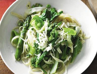 Sezonsko zelenje s polnozrnatimi špageti