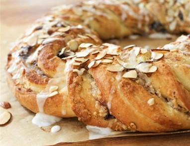 Velikonočni kruh z glazuro iz javorjevega sirupa