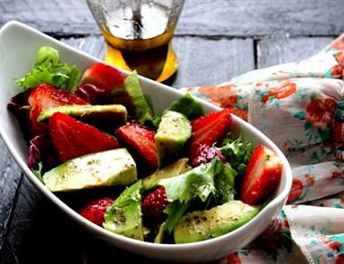 Solata z jagodami, avokadom in medenim prelivom