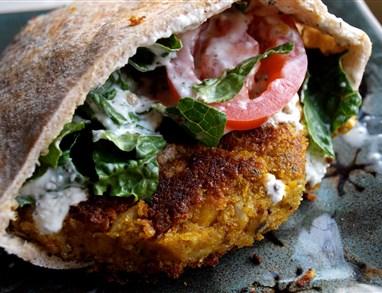 Grški falafel s tzatziki omako