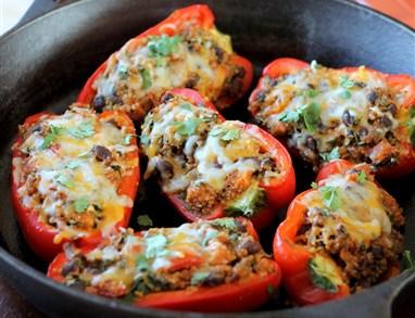 Polnjene paprike s kvinojo in črnim fižolom
