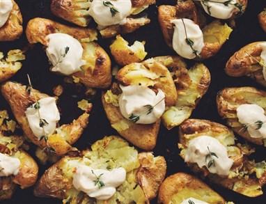 Pečen novi krompir z maslom iz indijskih oreščkov