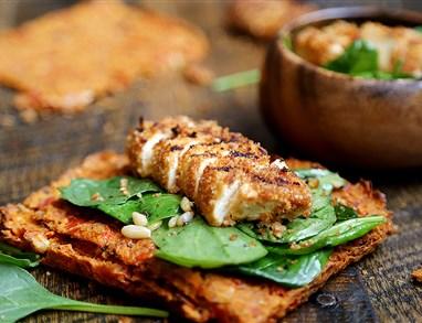 Zlato zapečene tofujeve palčke s špinačno solato