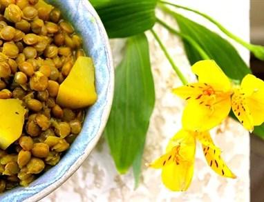 Topla solata iz zelene leče in krompirja