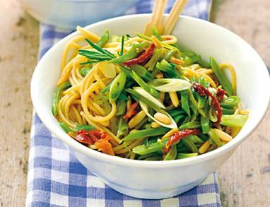 Veganski špageti z zelenim  fižolom in pinjolami