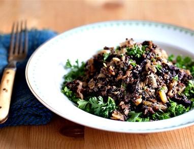 Solata iz kvinoje, črne leče in mmm...oliv. Voilà!